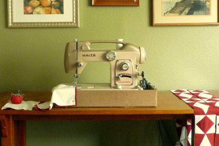 Vintage White Sewing Machine2